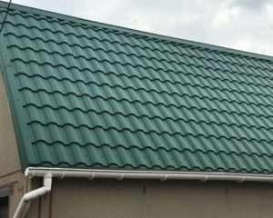 Зелёная металлочерепица Валенсия на крыше дома в Симферополе