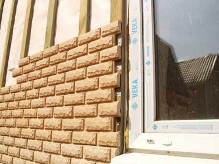 Купить фасадные панели «под камень» и «под кирпич» для  наружной отделки дома предлагает в Евпатории по низкой цене компания «Кровля-Про»