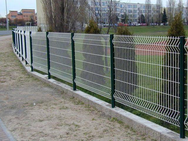 Купить 3D забор с полимерным покрытием двух цветов (белый с зелёными столбами) в ПГТ Красногвардейское и Джанкое для ограждения дачного участка