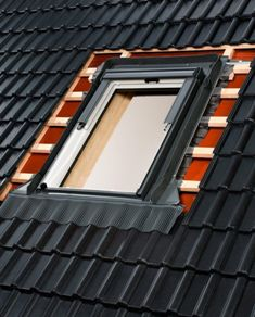 процесс монтажа окна Велюкс на крыше мансарды