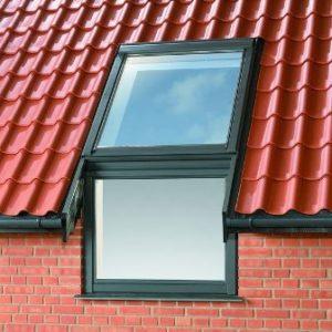 мансардное окно Велюкс на крыше дома