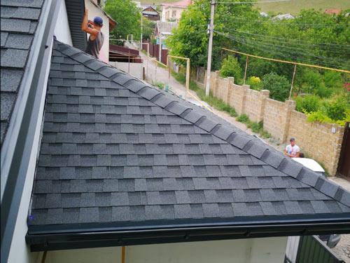 Битумная черепица на крыше дома в Керчи