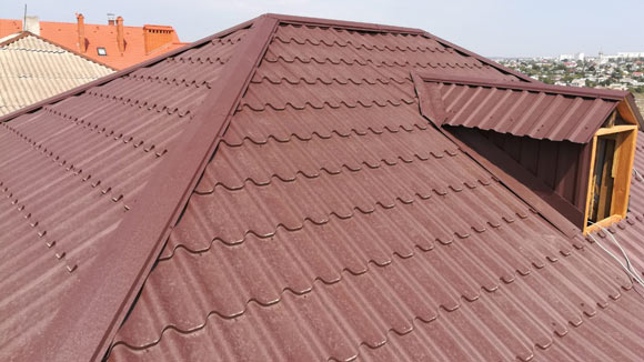 Красная металлочерепица на крыше дома в Керчи